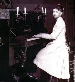 alzbeta-od-trojice-dite-klavir-upr.jpg